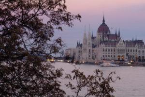 vue sur le parlement depuis le pont des chaines