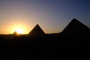 couché du soleil sur les pyramides de Gizeh